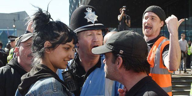 A cena que ocorreu durante um protesto da English Defence League (EDL) em Birmingham, na Inglaterra,...