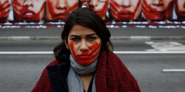 Uma das mulheres da ONG Sou da Paz posa ao lado de exibição da organização para expor e combater a violência...