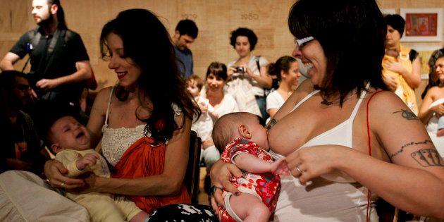 Mães fazem parte de movimento em São Paulo pelo direito de amamentar em