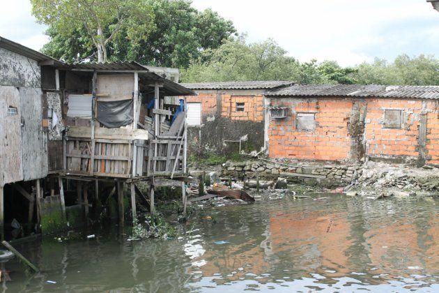 Palafitas são casas construídas em cima das águas, equilibradas sobre plataformas e sustentadas por estacas...