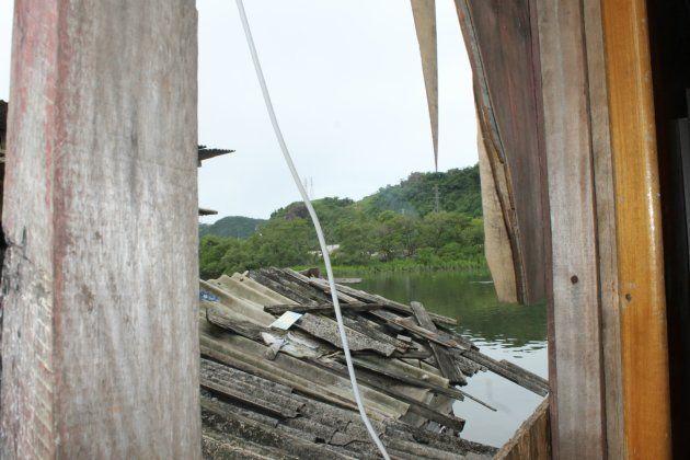 Quando chove, é comum que o vento leve telhas das