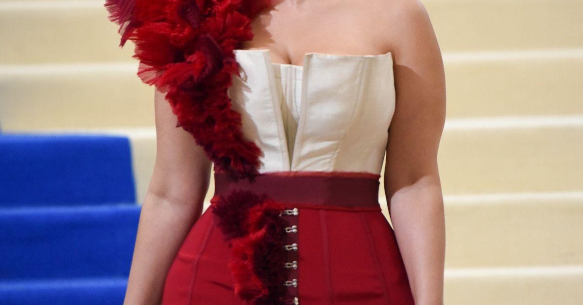As dicas da modelo plus size Ashley Graham para usar  tomara que caia  sem  medo de ser feliz  a907842434f