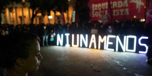 Um luminoso foi aceso durante um protesto do Ni Una Menos em 17 de Abril de 2017, em Buenos Aires, na