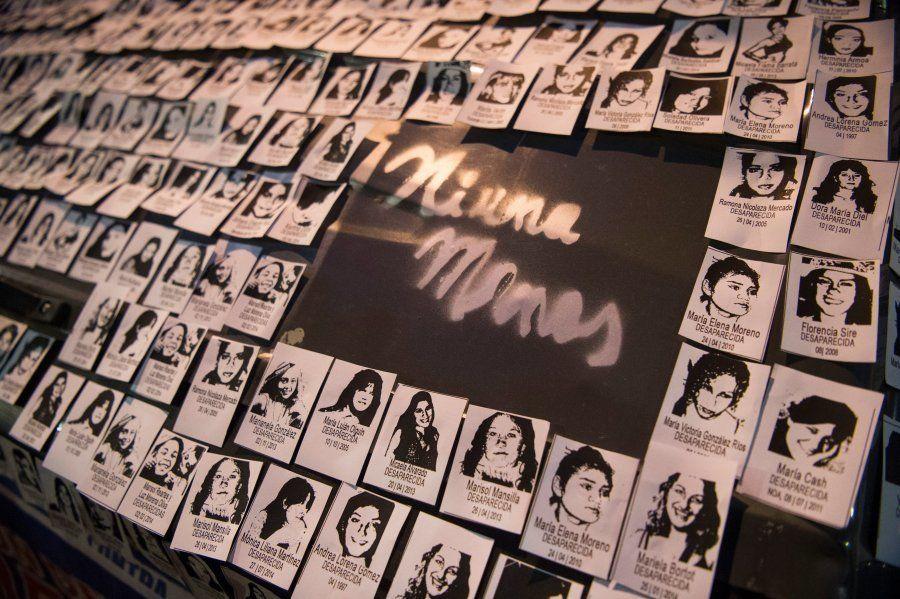 Fotos de mulheres desaparecidas e assassinadas pelas mãos de homens são expostas em protesto contra a...