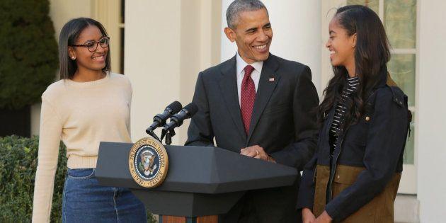 O ex-presidente dos EUA Barack Obama com suas filhas, Sasha e Malia, numa cerimônia anual do Dia de Ação...