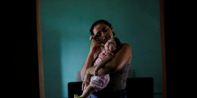 Raquel, 25, com sua filha Heloisa, no município de Areia, no estado da Paraíba, no Brasil. Raquel deu...