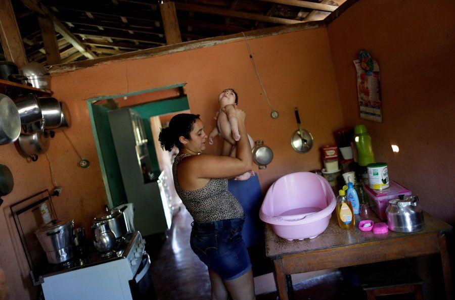 Raquel dá banho à sua filha Heloisa, uma menina com síndrome de Zika nascida em abril de 2016. Raquel...