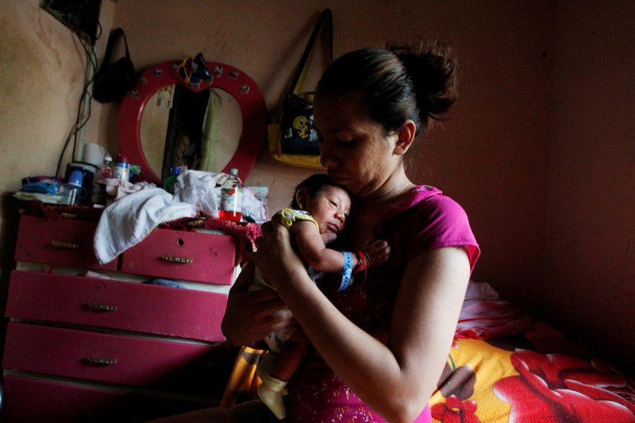 Melissa segura o bebê de nove dias Allan, que nasceu com microcefalia, em sua casa em Choluteca, Honduras,...