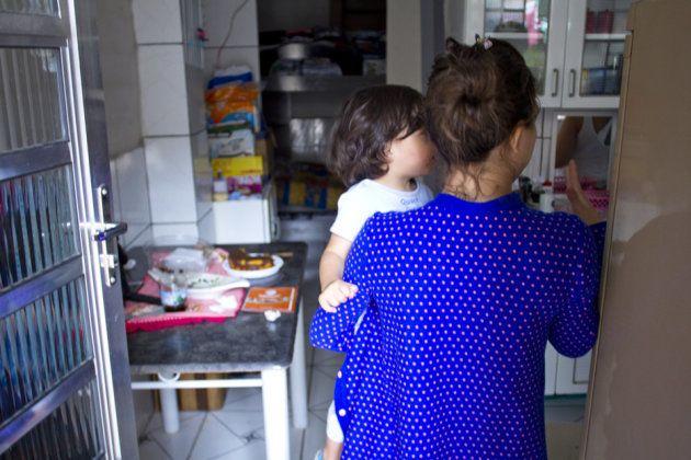 A venezuelana Vitória deixou o presídio quando o filho, a quem deu à luz no cárcere, tinha seis