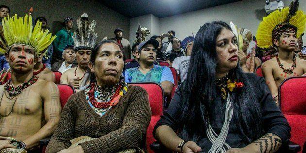 Em Brasília, indígenas exigem que Ministério da Saúde tome atitude sobre o caso. À direita, a advogada...