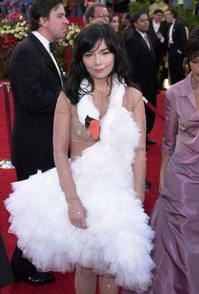 14 vestidos bizarros que fizeram história no tapete vermelho