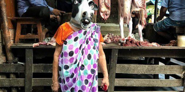 O artista indiano Sujatro Ghosh fotografou mulheres com máscaras de vacas para questionar se os animais,...