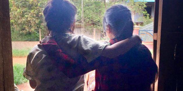 Mona* e a irmã conseguiram sair da China, mas seus problemas não acabaram quando voltaram ao lar no
