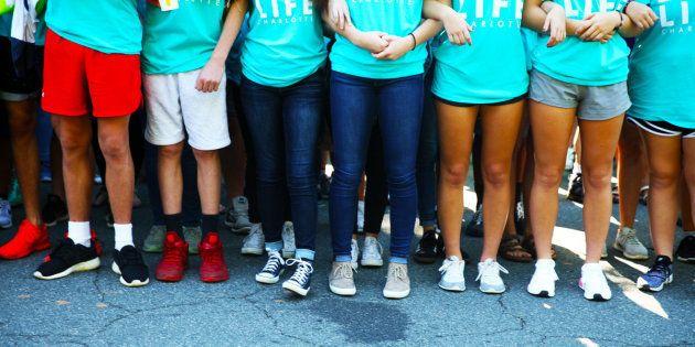 Crianças dão os braços diante de um centro de saúde para mulheres em Charlotte, na Carolina do Norte...