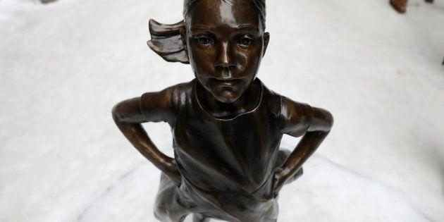 O prefeito de Nova York, Bill de Blasio, posa para foto ao lado da estátua da Menina Destemida, 27 de...