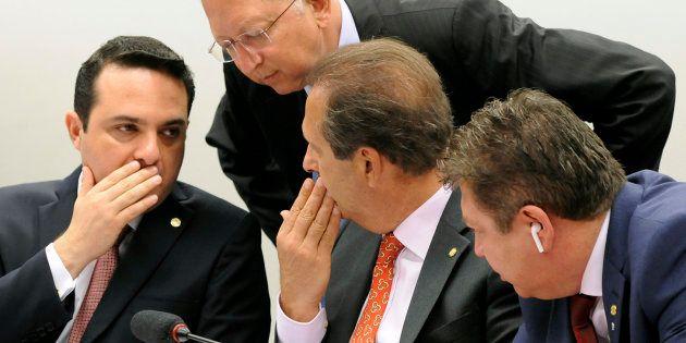 Os deputados Gussi, Campos e Mudalen conversam durante a reunião da comissão especial da Câmara nesta...