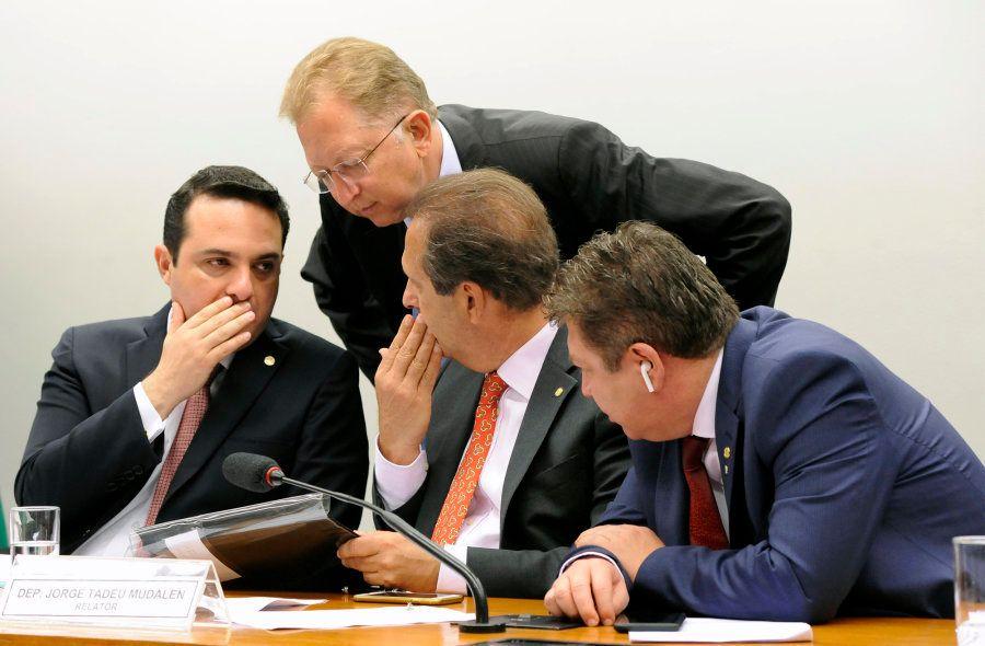 Os deputados Gussi, Campos e Mudalen conversam durante a reunião da comissão especial da Câmara sobre...