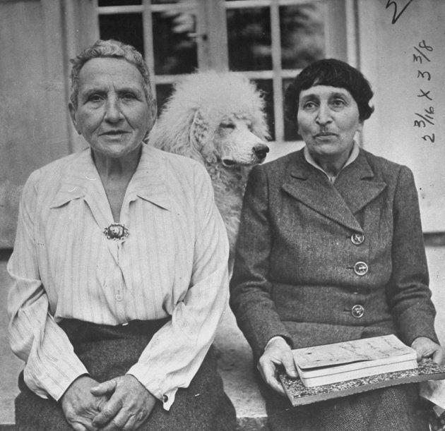 Gertrude Stein à esquerda e Alice B. Toklas à