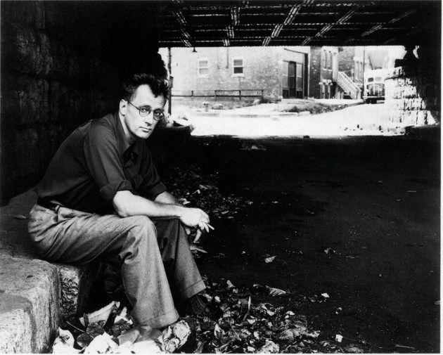 Nelson Algren (1909-81), escritor norte-americano, em retrato debaixo da ponte, em 1949. (Foto por: Universal...
