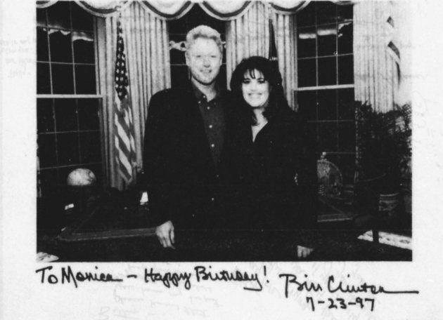 Ex-presidente Bill Clinton em foto ao lado de Moniva Lewinsky, na Casa Branca. Abaixo, escritos que indicam...