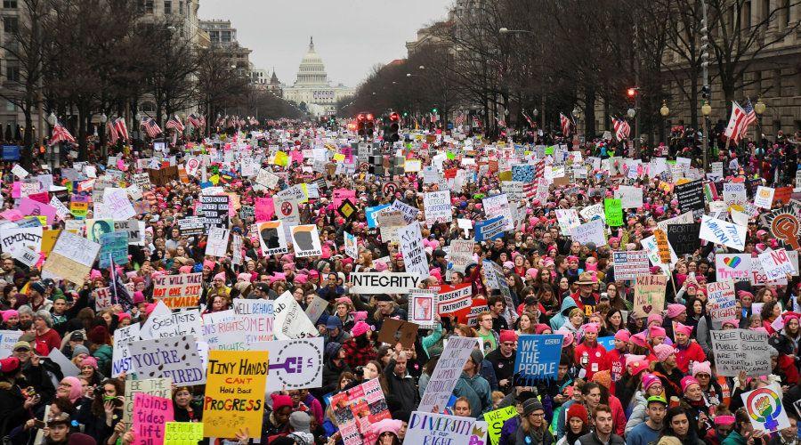 Centenas de milhares marcham pela Avenida da Pensilvânia durante a Marcha das Mulheres em Washington,...