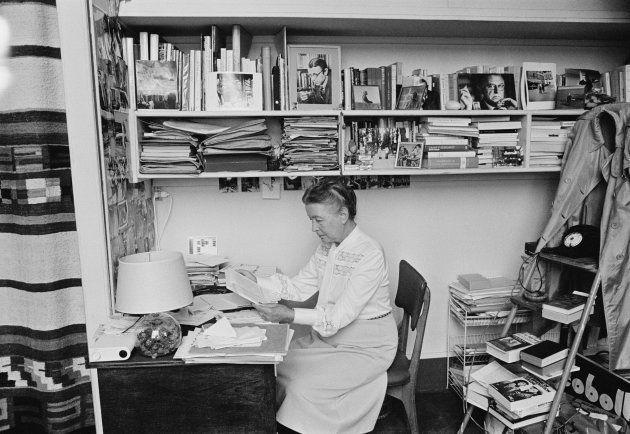 A escritora francesa Simone De Beauvoir, em 1953, lendo em sua mesa de estudos em sua casa, em