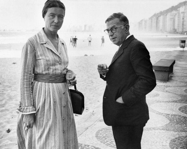 Uma foto de arquivo datada de 21 de setembro de 1960 dos intelectuais franceses Simone de Beauvoir e...