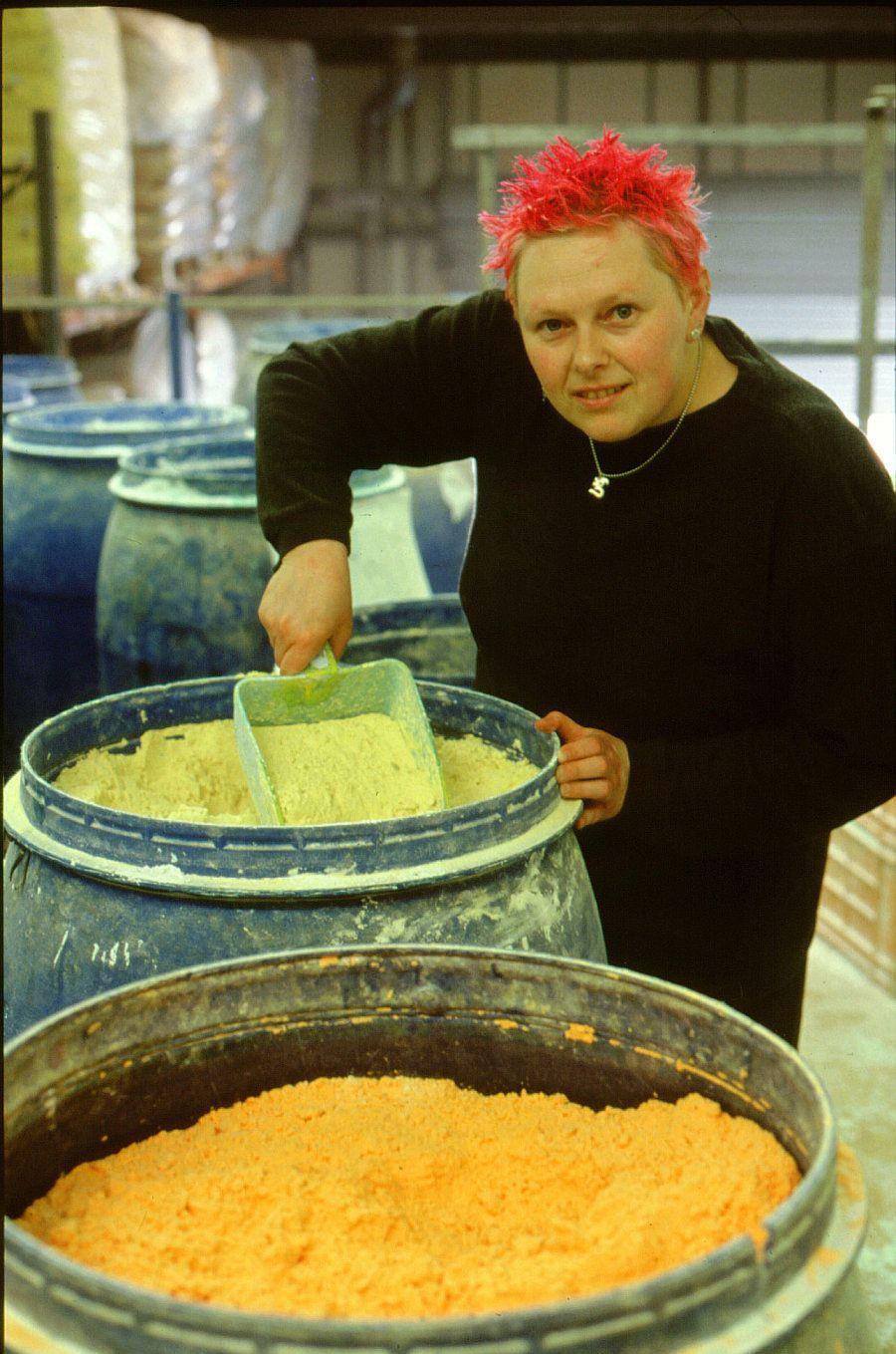 Hilary Jones na época em que trabalhava na fábrica da Lush, em Poole, na Inglaterra, há 20