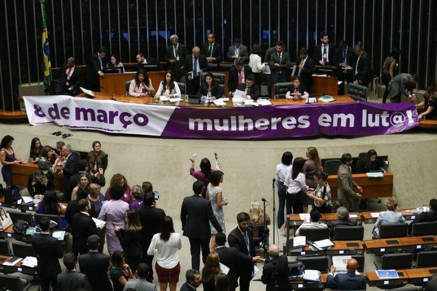 Brasília - Plenário da Câmara dos Deputados vota matérias de consenso entre as lideranças e relacionadas...