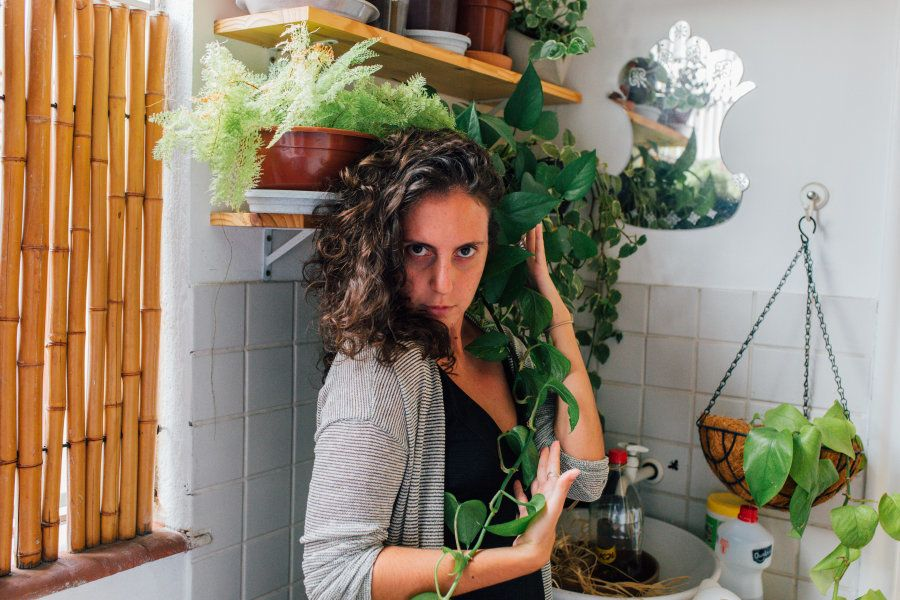 Em casa, cercada de plantas, Jout Jout nega ser boa em redes sociais, apesar de trabalhar com
