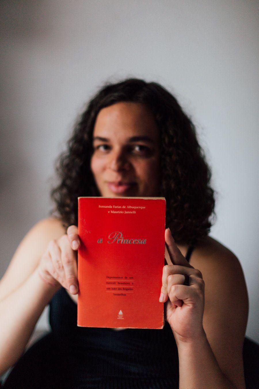 Amara Moira mostra exemplar do livro