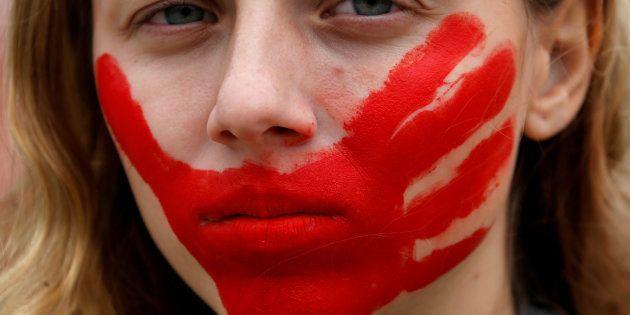 O feminicídio, assassinato vinculado à condição de mulher da vítima, prevê atualmente pena de reclusão...