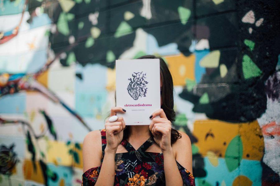 Livro traz para o papel obra de Germana Zanettini, que já circulou bastante pelas ruas de Porto Alegre...