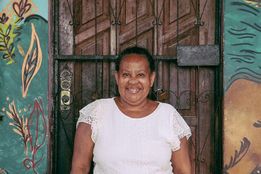 Suzana de Almeida Sapucaia vive no beco há 40 anos, quando deixou as asas dos pais e