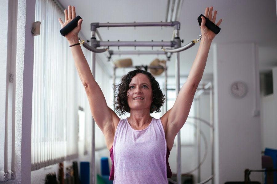 O dono da fábrica dos aparelhos de pilates, Estados Unidos, cedeu a licença a ela, que montou a primeira...
