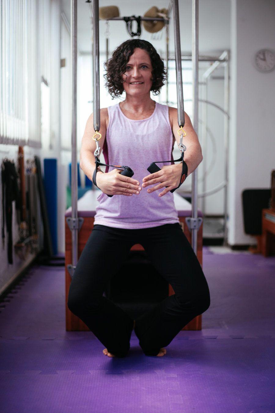 A dançarina e professora de pilates recebeu o Huffpost Brasil em seu estúdio no bairro de Ondina, sentada...