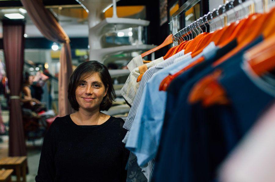 Em sua loja, as etiquetas de roupa não têm tamanho, mas adjetivos como