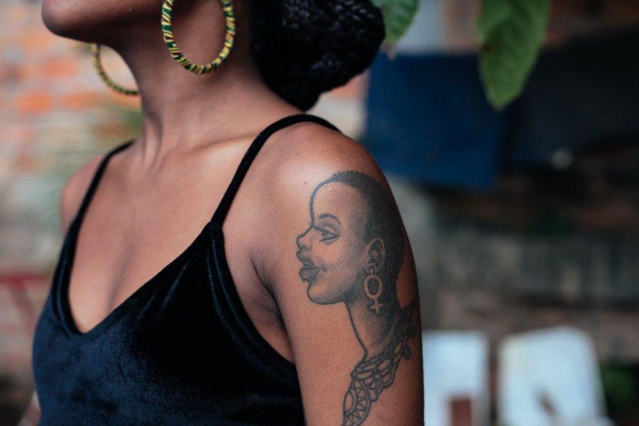 A conexão de Aíla Oliviera com sua identidade como mulher negra é muito