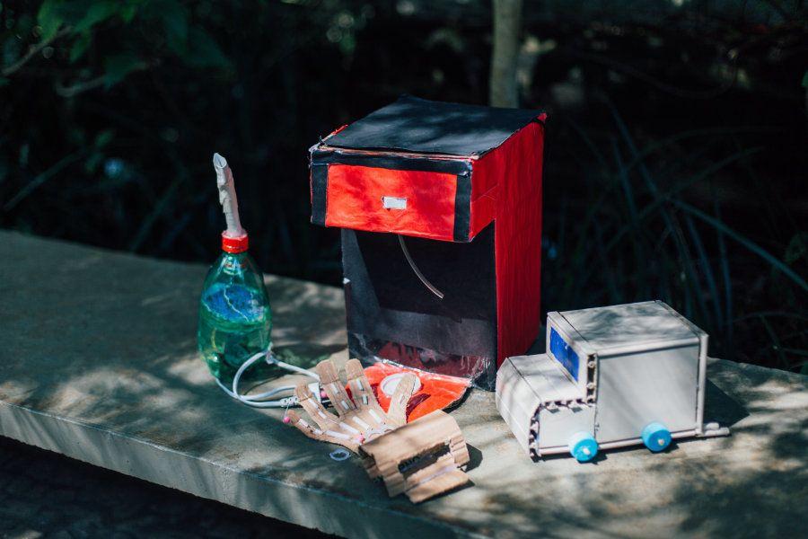 Aos poucos, alunos foram se engajando no projeto da professora e transformando lixo em objetos
