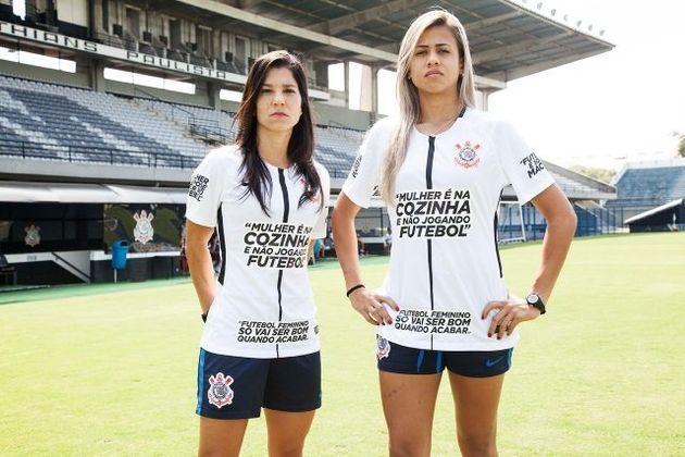 Jogadoras do Corinthians mostram camisetas da campanha