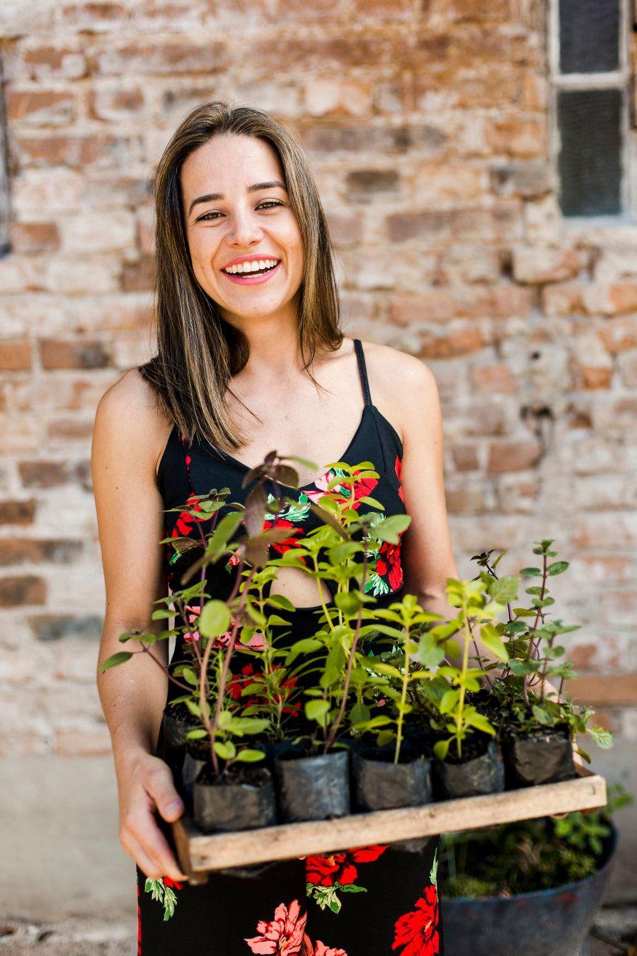 A empresa de Natália recolhe resíduos orgânicos de residências e firmas e devolve a elas adubo orgânico...