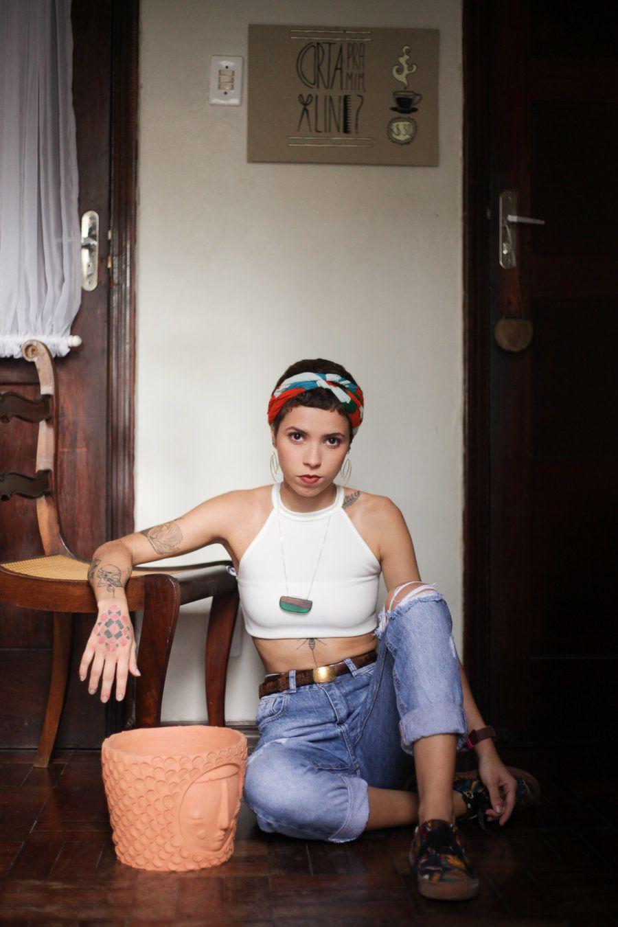 Aline Corujas trabalha com as mãos; é ao mesmo tempo cabeleireira e escultora, responsável pela obra...