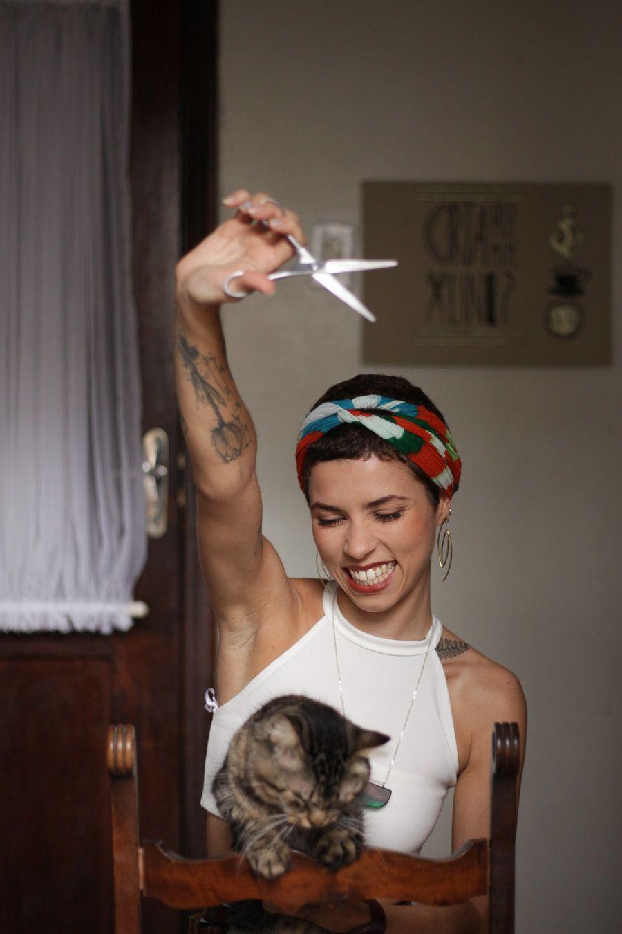 Aline aprendeu a dominar a arte da tesoura desde pequena, pois ela sempre cortava o próprio