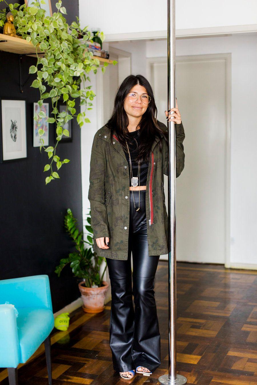 O cabo de pole dance no meio da sala de Laura é o símbolo do autocuidado que ela tem consigo mesma para...