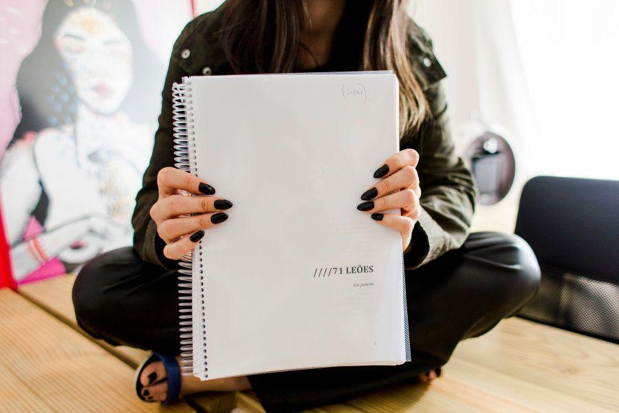 Laura está escrevendo dois livros - um,