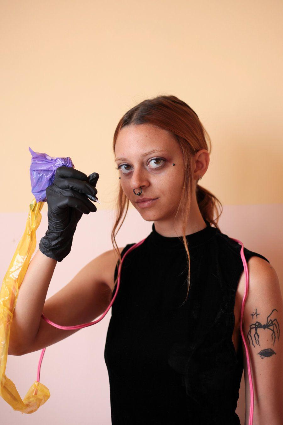 Helen conta que, hoje, a maioria das pessoas que tatuam com ela são artistas, ilustradores - que nem...