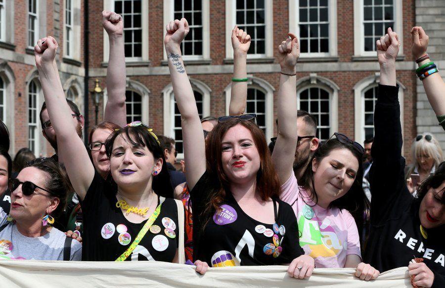 Manifestantes à favor da legalização do aborto na Irlanda, comemoram resultado do