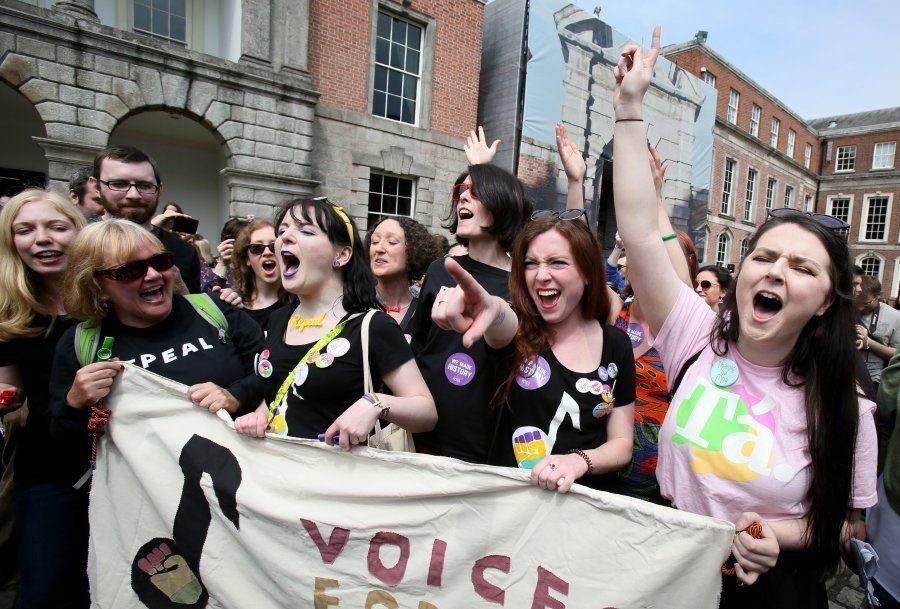 Em Dublin, mulheres seguram faixa com dizeres