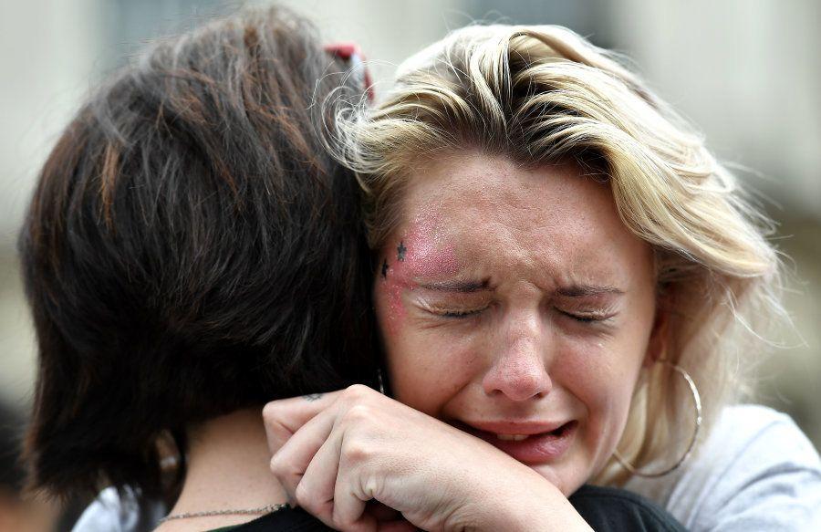 Em Dublin, uma das manifestantes cai em lágrimas após o resultado do referendo. O
