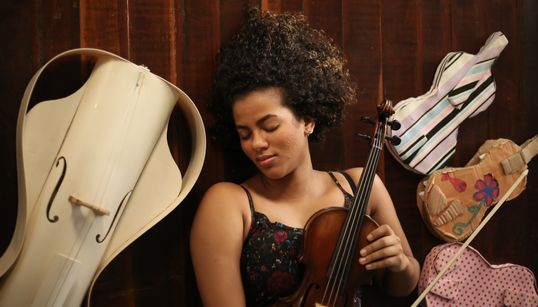 Ainoã Cruz: A professora de violino que leva a sério a máxima 'aprende quem